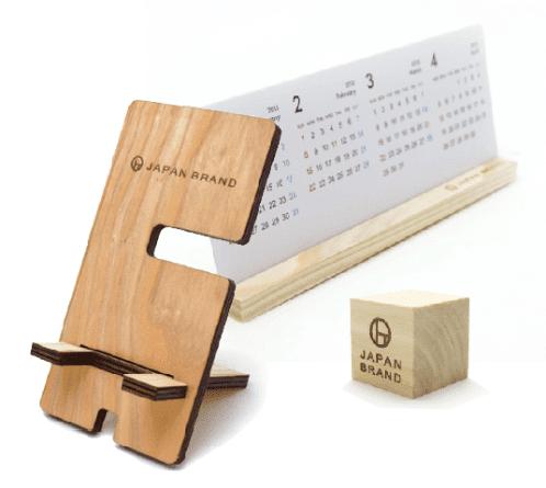写真:木製のノベルティの写真。スマホスタンド、カレンダー、