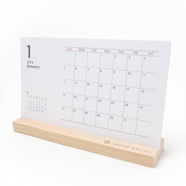杉材でできた木製スタンド付き卓上カレンダー