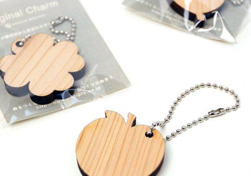 木製チャームのノベルティ(りんご)MOKU
