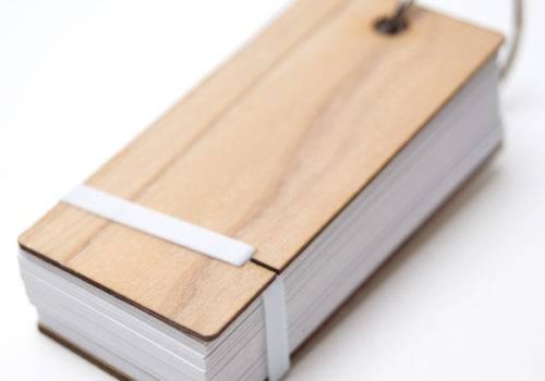 木でできた表紙の単語帳│おしゃれな文房具ノベルティMOKU